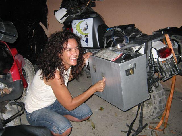 montagem de autocolantes nas malas de aluminio da africa twin