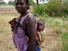 Mãe e criança à boleia