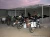 Estacionamento à porta do acampamento